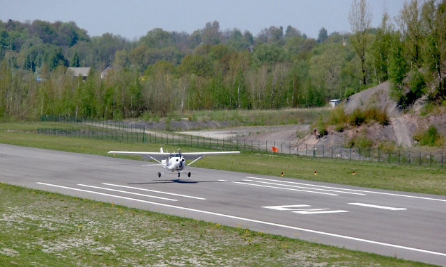 Cessna 172 ląduje na lotnisku w Kaniowie