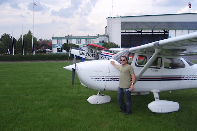 Pilot przy samolocie Cessna 172 na lotnisku w Gliwicach