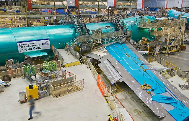 Montaż skrzydła do kadłuba Boienga 747 w fabryce w Everett